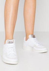 adidas Originals - SUPERCOURT  - Baskets basses - footwear white/platin metallic - 0