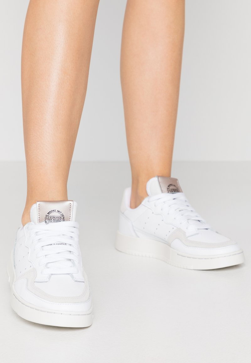 adidas Originals - SUPERCOURT  - Baskets basses - footwear white/platin metallic