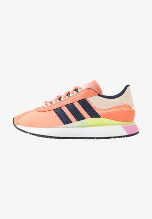 SL ANDRIDGE - Sneakers laag - chalk coral/night indigo/solar yellow