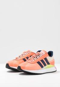 adidas Originals - SL ANDRIDGE - Zapatillas - chalk coral/night indigo/solar yellow - 4