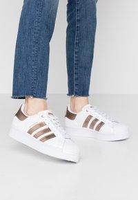 adidas Originals - SUPERSTAR  - Sneaker low - footwear white/copper metallic - 0