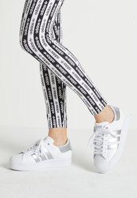 adidas Originals - SUPERSTAR  - Sneakers laag - footwear white/silver metallic - 0