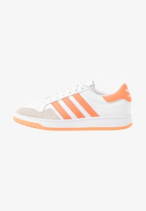 MODERN COURT - Matalavartiset tennarit - footwear white/sign coral/clear black