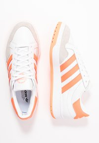 adidas Originals - MODERN COURT - Baskets basses - footwear white/sign coral/clear black - 1