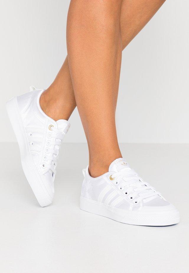 NIZZA  - Sneakersy niskie - crystal white/footwear white/gold metallic