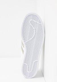 adidas Originals - SUPERSTAR - Sneakers laag - footwear white/silver metallic - 8