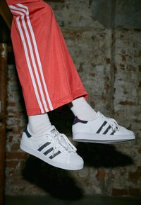 adidas Originals - SUPERSTAR - Sneakers laag - footwear white/silver metallic - 4