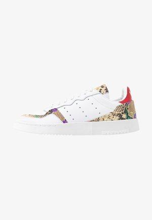 SUPERCOURT  - Baskets basses - footwear white/scarlet/gold metallic