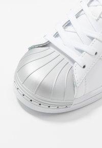 adidas Originals - SUPERSTAR METAL TOE - Sneakers laag - footwear white/silver metallic - 2