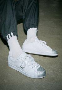 adidas Originals - SUPERSTAR METAL TOE - Sneakers laag - footwear white/silver metallic - 4