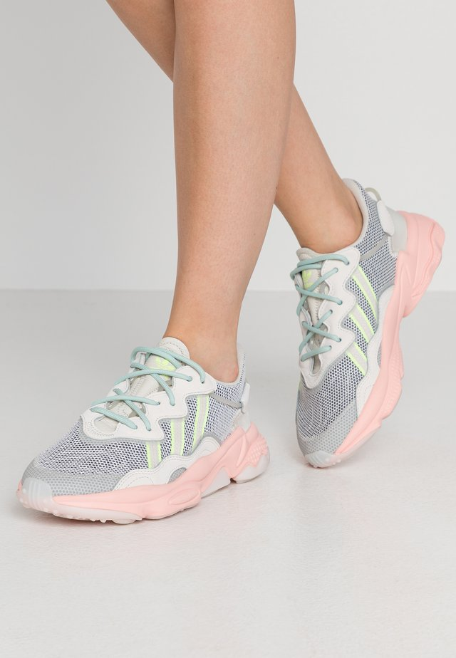 OZWEEGO  - Sneakers basse - talc/signal pink/solar gold