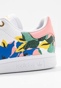 adidas Originals - STAN SMITH  - Baskets basses - footwear white/glow pink/gold metallic - 2