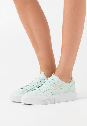 SLEEK CLASSIC SPORTS INSPIRED SHOES - Sneakers basse - dash green/crystal white/haze coral