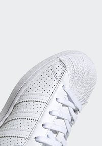 adidas Originals - SUPERSTAR SHOES - Sneakers laag - white - 6