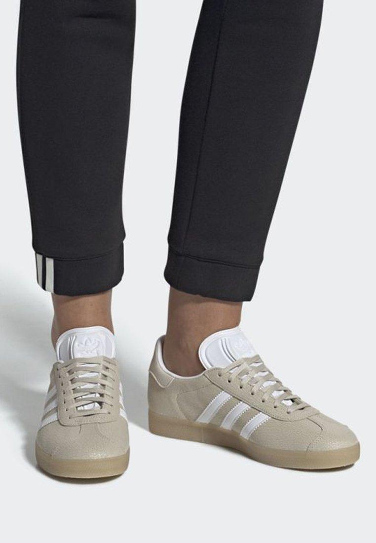 adidas Originals - GAZELLE SHOES - Baskets basses - beige/white