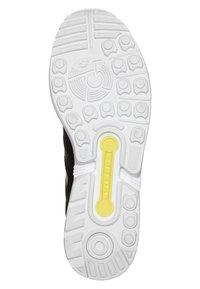 adidas Originals - ZX FLUX - Tenisky - black1/black1/wht - 4