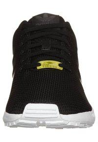 adidas Originals - ZX FLUX - Tenisky - black1/black1/wht - 5