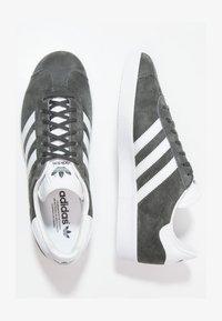 adidas Originals - GAZELLE - Sneakersy niskie - dgsogr/white/goldmt - 1