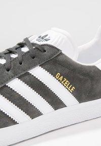 adidas Originals - GAZELLE - Sneakersy niskie - dgsogr/white/goldmt - 5