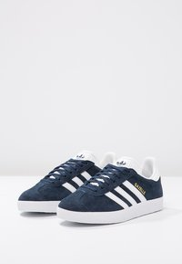adidas Originals - GAZELLE - Joggesko - conavy/white/goldmt - 2