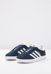 adidas Originals - GAZELLE - Sneaker low - collegiate navy/white/gold metallic - 2