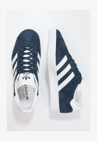 adidas Originals - GAZELLE - Baskets basses - conavy/white/goldmt - 1