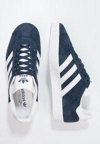 adidas Originals - GAZELLE - Sneaker low - collegiate navy/white/gold metallic - 1