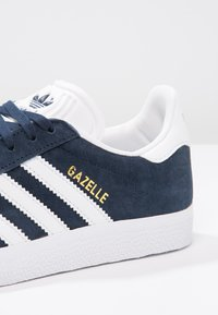 adidas Originals - GAZELLE - Sneaker low - collegiate navy/white/gold metallic - 5