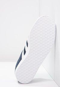 adidas Originals - GAZELLE - Sneaker low - collegiate navy/white/gold metallic - 4