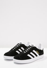adidas Originals - GAZELLE - Sneakersy niskie - core black/white/gold metallic - 2