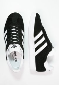 adidas Originals - GAZELLE - Sneakersy niskie - core black/white/gold metallic - 1