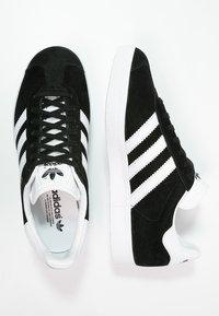 adidas Originals - GAZELLE - Sneaker low - core black/white/gold metallic - 1