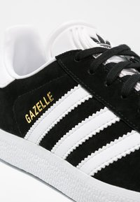 adidas Originals - GAZELLE - Sneakersy niskie - core black/white/gold metallic