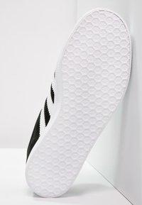 adidas Originals - GAZELLE - Sneaker low - core black/white/gold metallic - 4