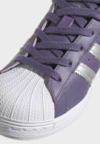 adidas Originals - SUPERSTARSHOES - Sneakers laag - purple - 8