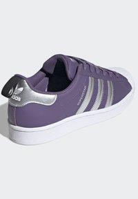 adidas Originals - SUPERSTARSHOES - Sneakers laag - purple - 3