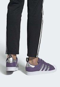 adidas Originals - SUPERSTARSHOES - Sneakers laag - purple - 0