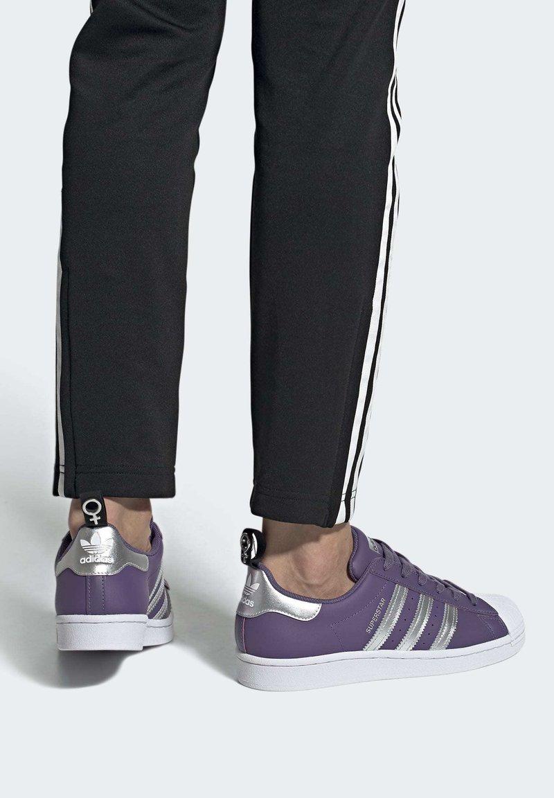 adidas Originals - SUPERSTARSHOES - Sneakers laag - purple
