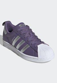 adidas Originals - SUPERSTARSHOES - Sneakers laag - purple - 5