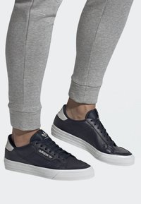 adidas Originals - CONTINENTAL VULC SHOES - Sneakers laag - blue - 0