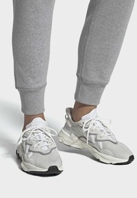 adidas Originals - OZWEEGO SHOES - Sneakers laag - white - 0