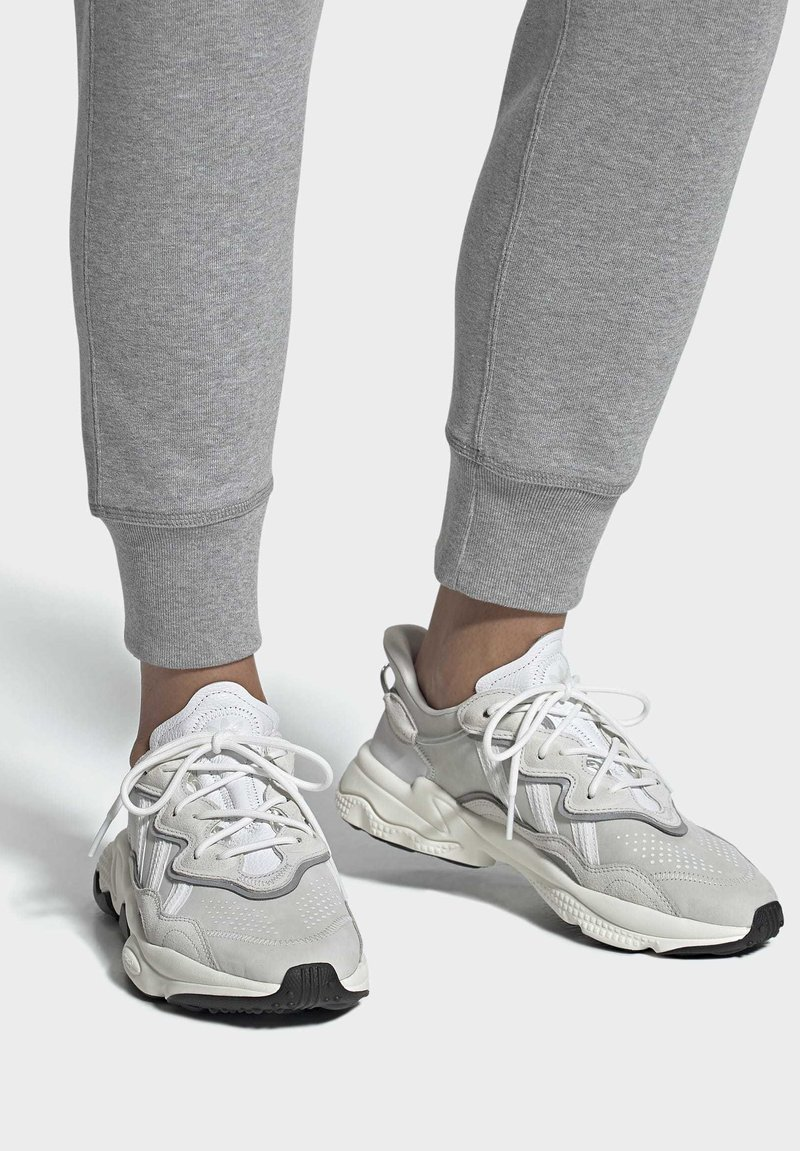 adidas Originals - OZWEEGO SHOES - Sneakers laag - white