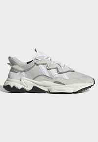 adidas Originals - OZWEEGO SHOES - Sneakers laag - white - 7