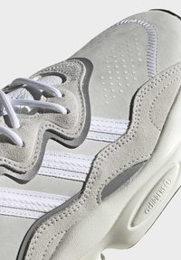adidas Originals - OZWEEGO SHOES - Sneakers laag - white - 10