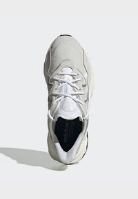 adidas Originals - OZWEEGO SHOES - Sneakers laag - white - 2