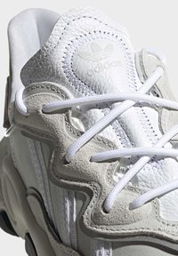 adidas Originals - OZWEEGO SHOES - Sneakers laag - white - 9