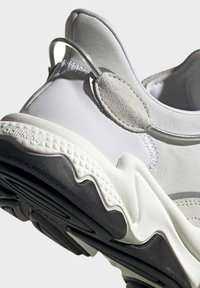 adidas Originals - OZWEEGO SHOES - Sneakers laag - white - 8