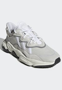 adidas Originals - OZWEEGO SHOES - Sneakers laag - white - 3