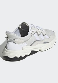 adidas Originals - OZWEEGO SHOES - Sneakers laag - white - 4