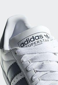adidas Originals - SUPERSTAR SHOES - Sneaker low - white - 6